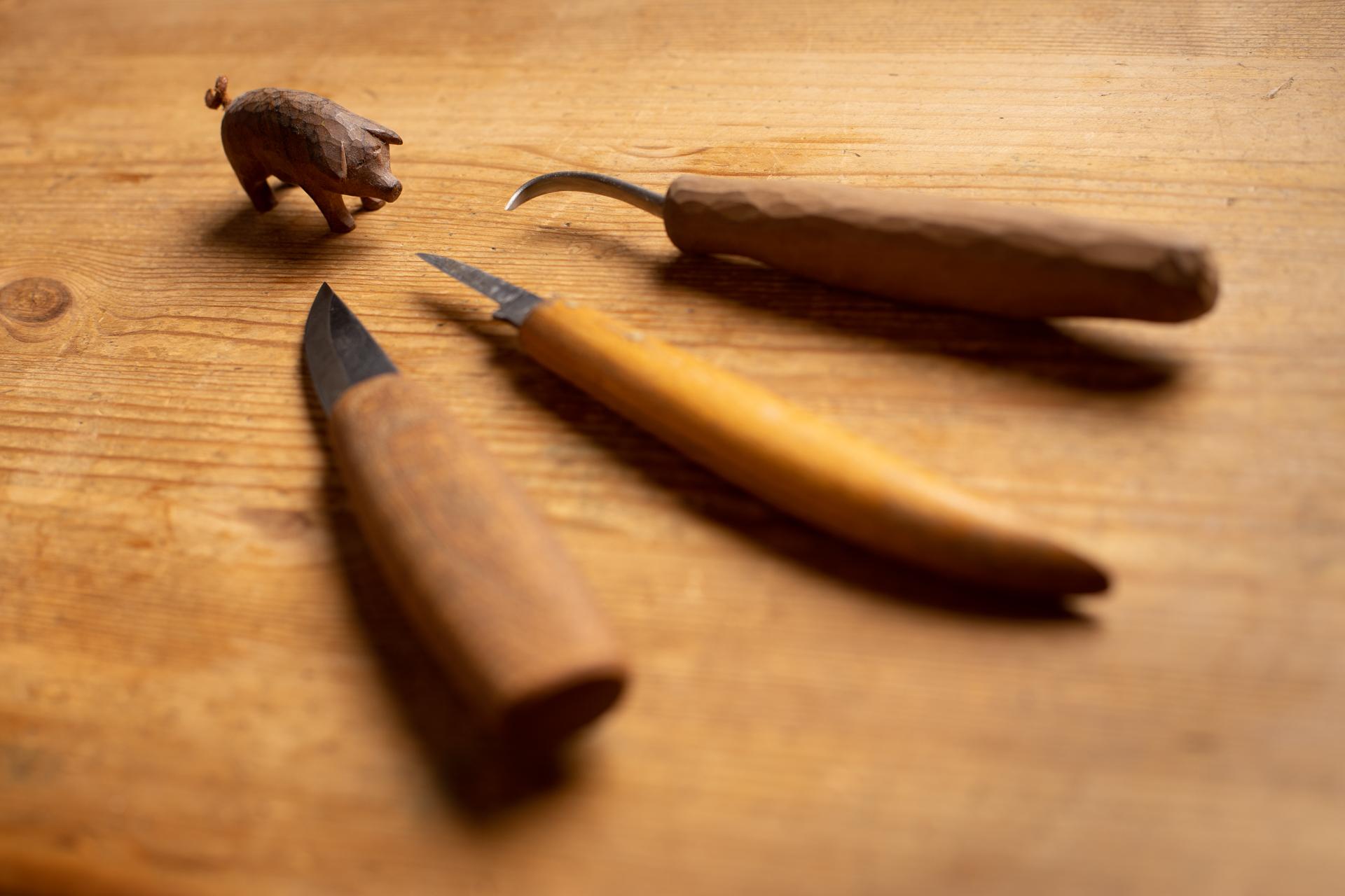 Schnitzmesser und geschnitztes Schweinchen